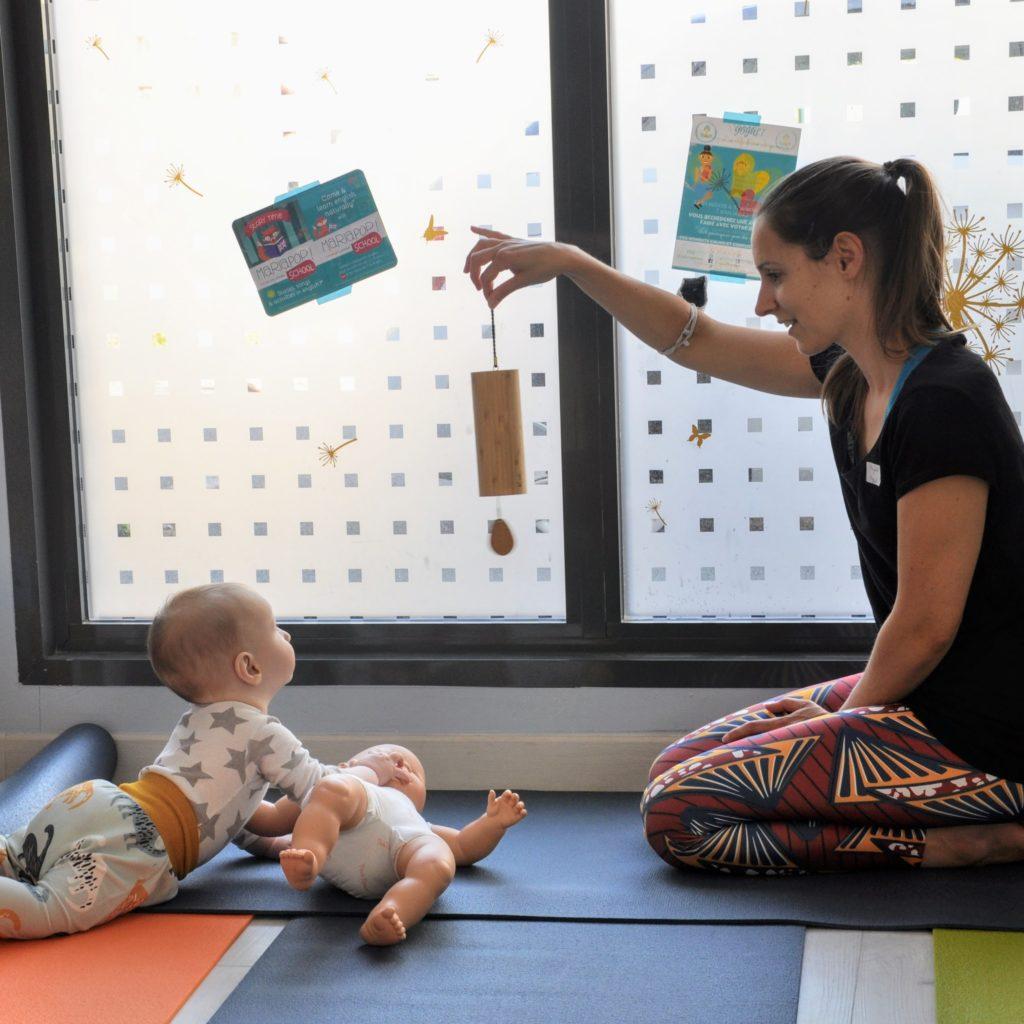 yoga maman bambin pour bébé qui expore