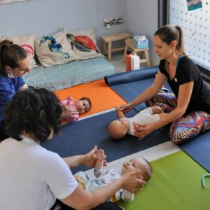 démonstration d'une séance de yoga maman bébé
